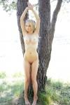Блондинка в на природе (12 фото) 18+