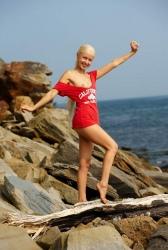 Милая блондинка на скалистом берегу (13 фото) ню